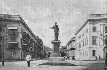 Памятник герцогу Де-Ришелье (на Николаевском бульваре). Фотография в книге «Одесса. 1794–1894». 1894 г.