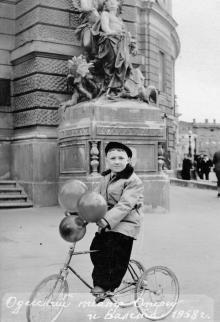 Перед Одесским театром оперы и балета. 1958 г.