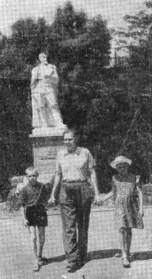 Майор Червяков с детьми на прогулке в парке санатория. Фото А. Нелюбова из публикации в журнале «Пограничник». 1957 г.
