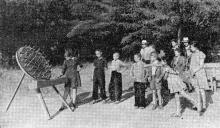 Ребята с увлечение набрасывают кольца. В парке санатория. Фото А. Нелюбова из публикации в журнале «Пограничник». 1957 г.