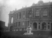 Скульптура «Дети и лягушка» рядом с оперным театром. Одесса, начало 1950-х годов