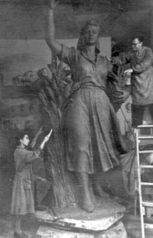 Скульптура «Колхозница», изготовленная для селекционно-генетического института,  в мастерской. Скульптор П.Т. Вильчанский. Одесса. 1952 г.