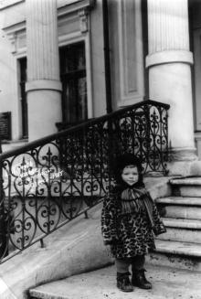На ступеньках здания дома отдыха «Моряк». Одесса, 1955 г.
