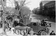 Одесса, ул. Чкалова в р-не городского сада. Автокран АТК-1 «Январец» на базе грузовика ЗИС-6 устанавливает опору для троллейбусной линии. Весна 1941 г.