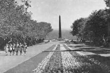 Памятник Неизвестному матросу и Аллея славы