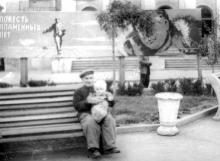 В сквере Мизикевича, на заднем плане клуб Иванова. Одесса. 1962 г.