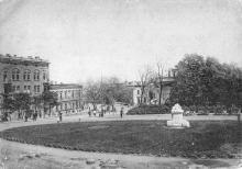 Одесса. Сквер оперн. театра, вдали здание Исполкома и Музей Истпарта. Почтовая карточка