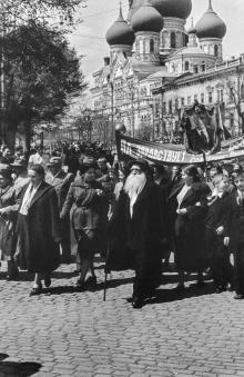 Одесса. Первомай на привокзальной площади. Впереди одесский коллекционер Семен Бабаджан. Фотограф Илья Гершберг, 1950-е годы