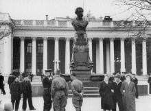Одесса, на площади Коммуны, у памятника Пушкину