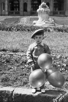 Одесса. На фоне фонтана «Дети и лягушка». 1959 г.