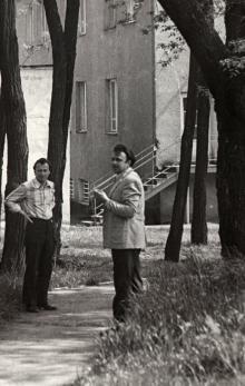 Виктор Корченов (слева) на тропинке от здания проектно-технического отдела Курортного совета по направлению к главному входу на территорию санатория «Фонтан». 1980 г.
