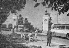 Западные ворота города-героя: подпись под фотографией в книге «Улицы рассказывают» (справа — Добровольского, слева — Николаевская (с 1996 г. Южная) дорога), 1968 г.