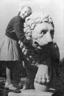 Скульптура льва в сквере 9-го января. Фотограф Георгий Мельник. Одесса. 1957 г.