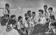 Внимательно слушают юные артековцы интересный рассказ пионервожатой. Фотография в справочнике «Курорты Одессы», 1955 г.