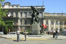 Общественники охраняют памятник от разборки. Фото О. Владимирского. Одесса. 2007 г.