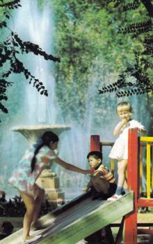 Детская площадка на площади Советской Армии. На фоне фонтана. Фото Александра Маркелова в фотоальбоме «Одесса». 1975 г.