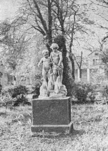 В парке санатория имени Крупской. Фото в справочнике «Курорты Одессы». 1976 г.