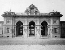 Общий вид центральной части фасада Одесского железнодорожного вокзала, 1884 г.
