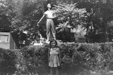 Скульптура на территории санатория Куяльник, была установлена в районе магазина. Фотограф Сергей Петренко. Одесса. 1984 г.
