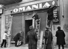 Одесса. Ул. Красной Армии, 40. Население города очищает здания от румынских вывесок.  Апрель, 1944 г.
