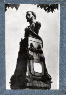 Фотография памятника Пушкину на внутренней стороне обложки