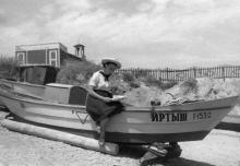 Лодочный причал завода Кирова на 8-й станции Фонтана. Фотограф А. Швабский. Одесса, август, 1957 г.