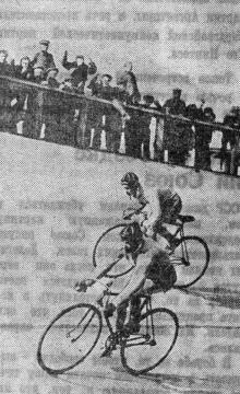 Гонки на велотреке стадиона «Спартак». Фото Я. Левита в газете «Большевистское знамя». 23 мая 1950 г.