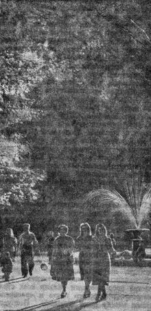 Лермонтовский курорт. Вечерняя прогулка. Фотоэтюд Я. Левита в газете «Большевистское знамя». 28 мая 1950 г.