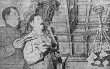М.С. Марченко (слева) и К.Е. Юрченко перед сдачей работы в последний раз осматривают отделку потолков в фойе зала филармонии. Фото Я. Левита в газете «Большевистское знамя». 10 января 1950 г.
