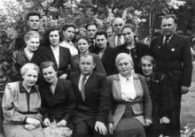 Во дворе библиотеки. В центре директор А.И. Ольшанский. Фото из фотоальбома сотрудника библиотеки Г.А. Каширина. 8 мая 1950 г.