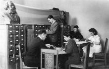 В отделе каталогов. Фото из фотоальбома сотрудника библиотеки Г.А. Каширина. Начало 1950-х гг.