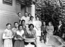 Во дворе библиотеки. У входа в абонементный отдел и отдел каталогизации. Групповой снимок сотрудников библиотеки. Фото из фотоальбома сотрудника библиотеки Г.А. Каширина. 31 мая 1962 г.