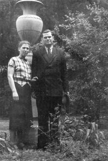 Во дворе библиотеки, в саду Г.А. и К.И. Каширины. Фото из фотоальбома сотрудника библиотеки Г.А. Каширина. Май, 1956 г.