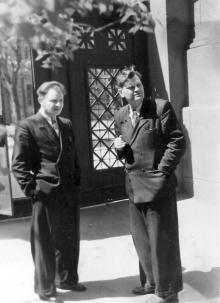 Во дворе библиотеки директор И.Д. Мазуренко и гл. библиограф Г.А. Каширин. Фото из фотоальбома сотрудника библиотеки Г.А. Каширина.  Середина 1960-х гг.