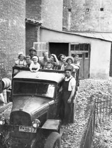 Во дворе библиотеки. Сотрудники с детьми отправляются в выходной день в Лузановку. Фото из фотоальбома сотрудника библиотеки Г.А. Каширина. Середина 1950-х гг.