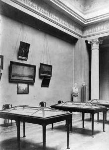 В библиотечном музее. 1907 г.