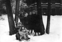 Во дворе библиотеки. Фото из фотоальбома сотрудника библиотеки Г.А. Каширина. Начало 1960-х гг.