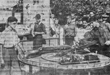 В парке культуры и отдыха им. Ильича. Юные техники показывают свои новые модели. Фото М. Гледа в газете «Большевистское знамя» 20 сентября 1950 г.