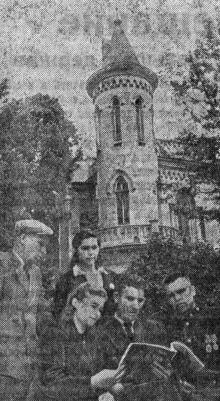 Санаторий ВЦСПС № 3 им. Чувырина. На снимке: группа отдыхающих из Донбасса. Фото Я. Левита в газете «Большевистское знамя». 13 мая 1951 г.