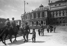 В освобожденной Одессе. Фотограф Георгий Зельма. Апрель 1944 года.