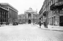 Одесса. Вид на театр оперы и балета с ул. Ришельевской. 1942 г.