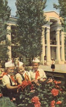 Пионерский лагерь Канатного завода, 11 станция Б. Фонтана. Фотография в кратком путеводителе «По солнечной Одессе». 1964 г.