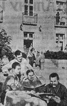 В Одесском доме отдыха ЦК профсоюза железнодорожного транспорта отдыхают ежемесячно 350 человек. Группы отдыхающих у жилого корпуса. Фото А. Фатеева в газете «Большевистское знамя». 14 августа 1951 г.