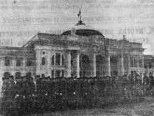 Празднование 34-й годовщины Великой Октябрьской социалистической революции в Одессе. Курсанты мореходного училища проходят у здания строящегося вокзала. Фото в газете «Большевистское знамя». 10 ноября 1951 г.