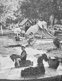 Детская площадка в парке санатория «Хаджибей». Фотография из справочника «Курорты Одессы», 1976 г.