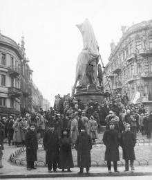 Возле памятника Екатерине II. 1918 г.