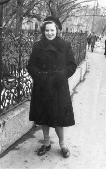 Возле ограды Пушкинского сквера. Одесса. 1947 г.