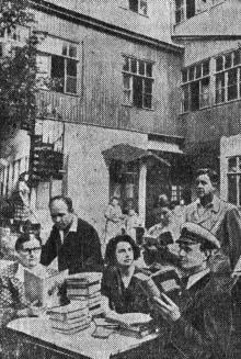 Во дворе дома № 6 по Библиотечному переулку, Одесская научная библиотека имени А.М. Горького организует библиотеку на дому. Фото Я. Левита в газете «Большевистское знамя». 06 июля 1952 г.
