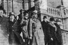 Подпись под фото «Государственный Секретарь министерства внутренних дел Германии Вильгельм Штуккардт на Одесском вокзале 20 марта 1942 года». (На самом деле - в здании филармонии). «Одесская газета», 25 марта 1942 г.