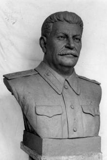 Бюст Сталина для железнодорожного вокзала в скульптурной мастерской, первоначальный вариант